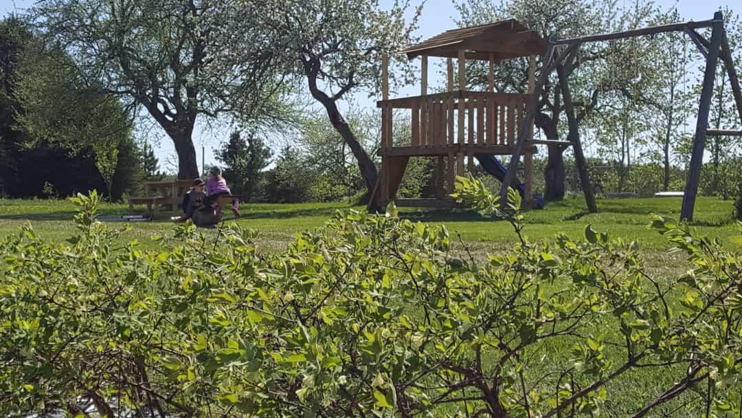 Jeux extérieurs pour enfants et table à picnic